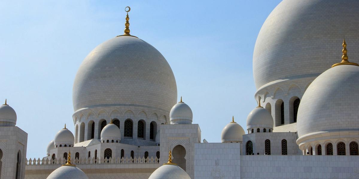 Cúpulas en mármol blanco de la mezquita de Sheihk Zayed en Abu Dhabi, en Emiratos Árabes Unidos