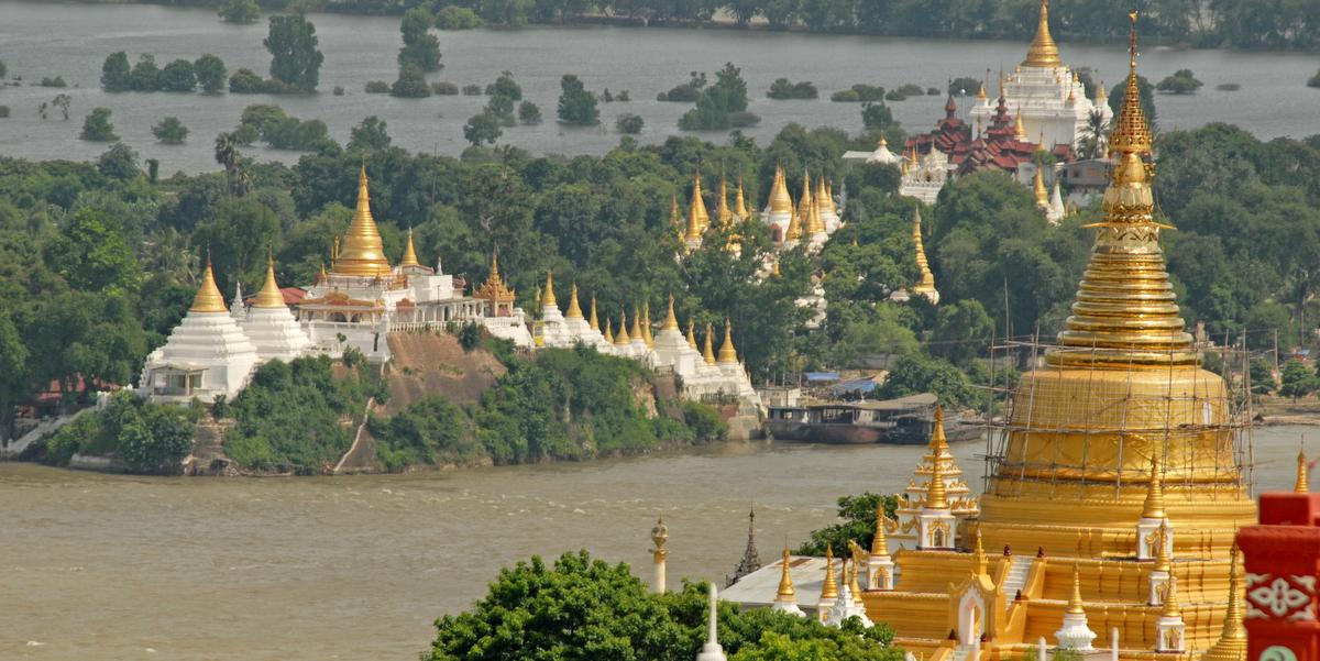 Vista de la colina de Saggaing en Myanmar, caracterizada por su gran número de pagodas en dorado y blanco salpicando todo el territorio