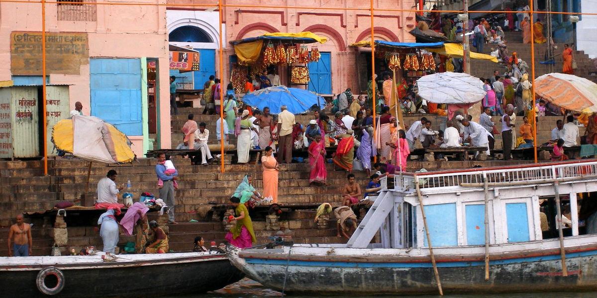 Ghats u orillas del Ganges a su paso por Vanarasi (Benarés), en el estado de Uttar Pradesh, India