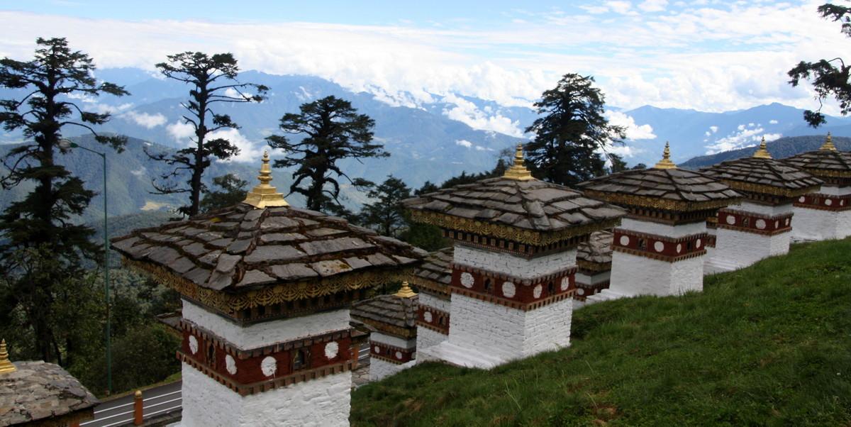 Vistas desde el paso de Dochula, desde los mil chorten con las cordilleras de fondo, en Bhutan