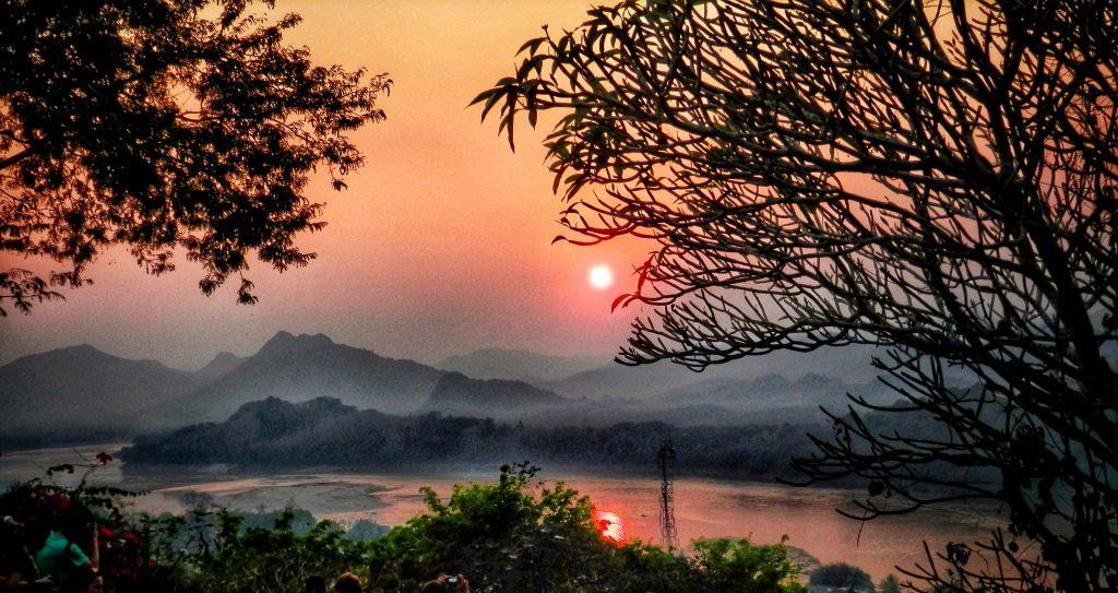 Paisaje de Laos con sol al atardecer y brumas
