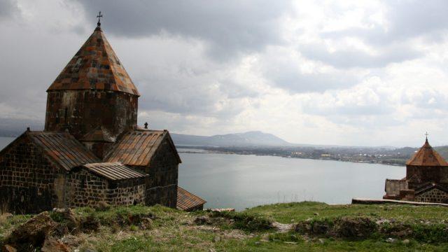 Sevanavank  o monasterio de los Santos Apóstoles de Sevan a los pies del lago Sevan. Armenia