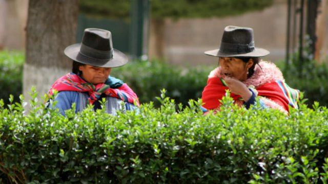 Mujeres típicas bolivianas, cholitas en un parque en Bolivia