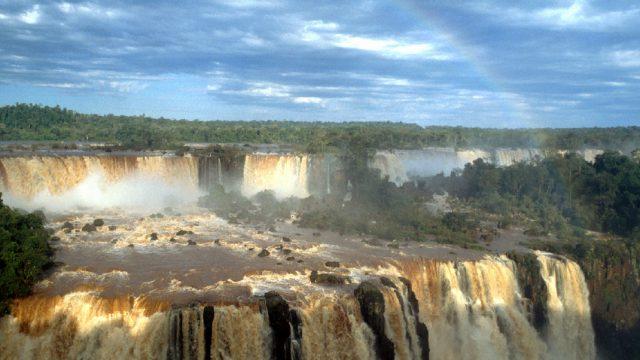 Cataratas de Iguazu en la selva de vegetacion espesa de Brasil