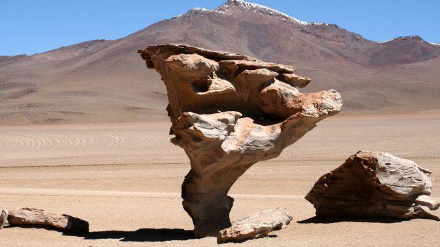 Roca erosionada por el viento en el desierto de Atacama en Chile