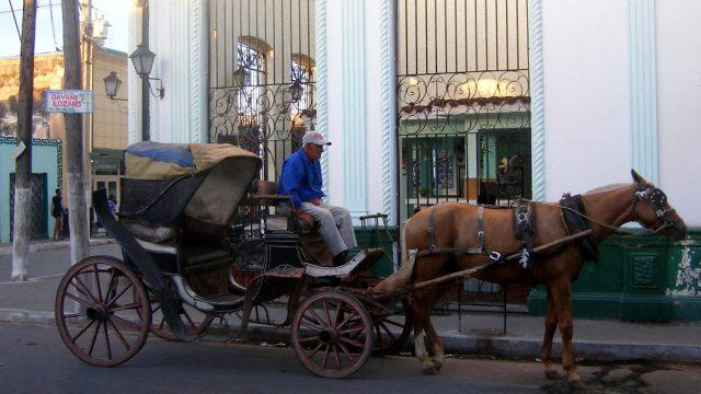 Calesa de un caballo con cochero en Camaguey, Cuba