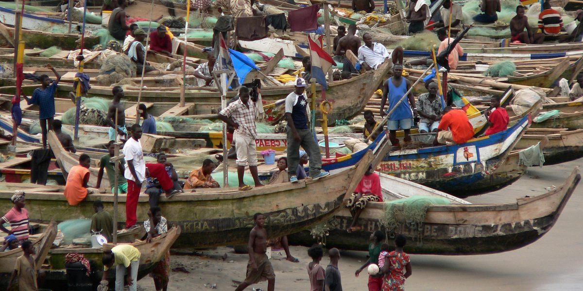 Vista de las barcazas en la playa desde el castillo de San Jorge en Elmina en Ghana