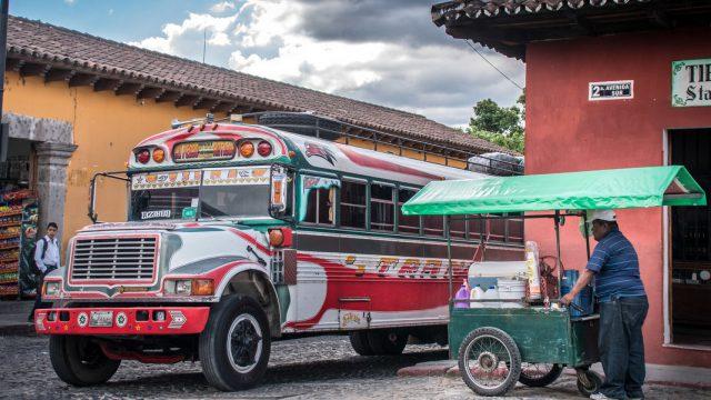 Trambilla o camioneta de pollos es como se suele conocer a estos coloridos autobuses que transportan tanto a personas como animales, y que se desplazan a gran velocidad en Antigua, Guatemala