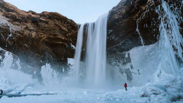 Cascada con nieve con espectacular desnivel de tierra en Islandia