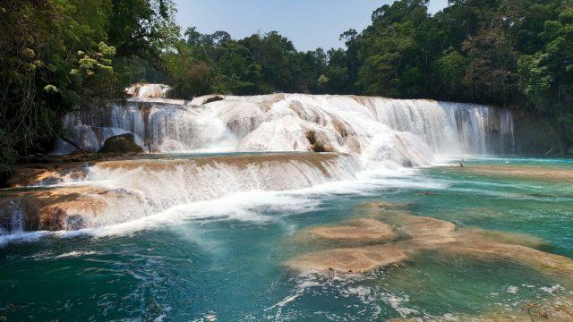 Cascada de agua azul en Chiapas, México